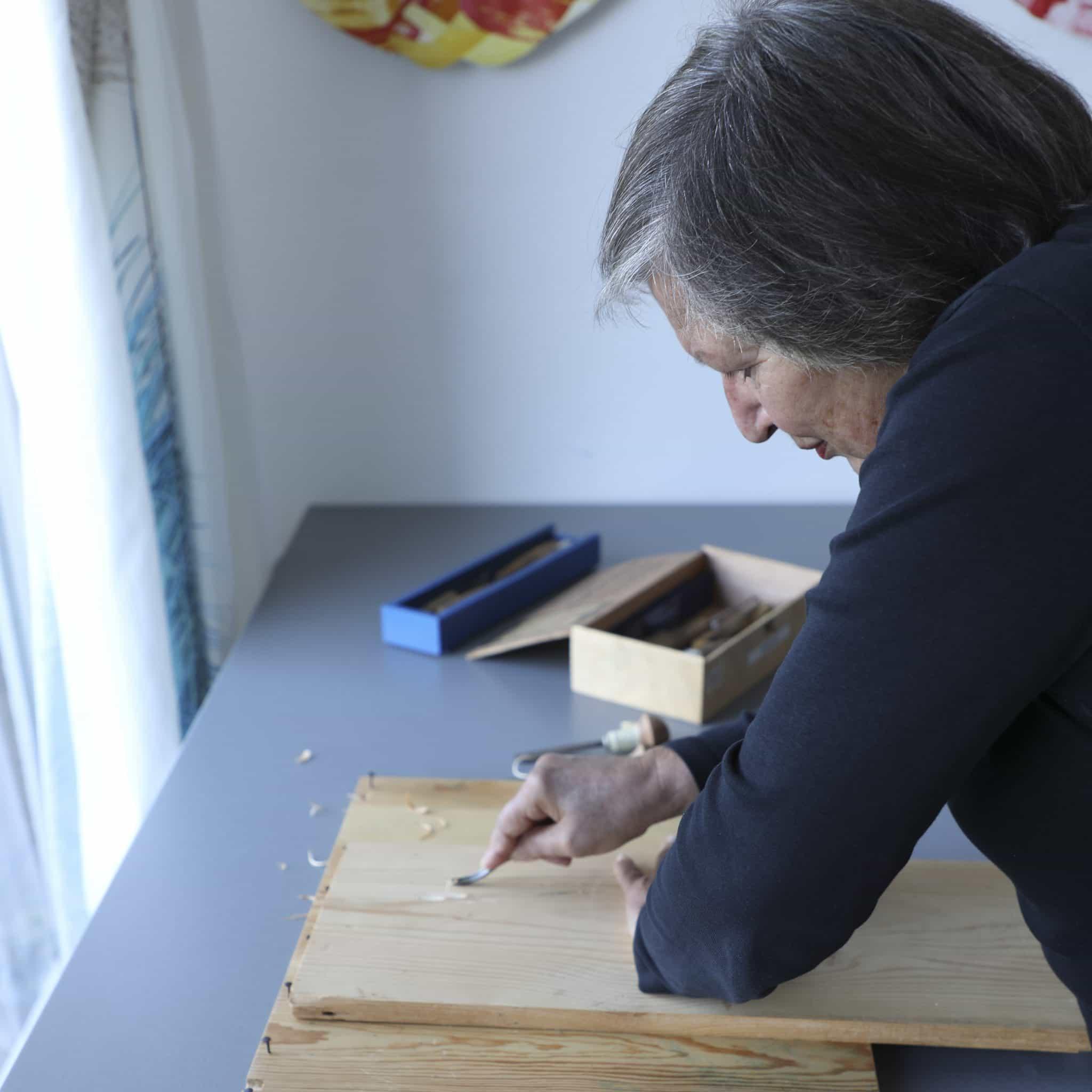 Rosa Zschau beim Holzschnitt